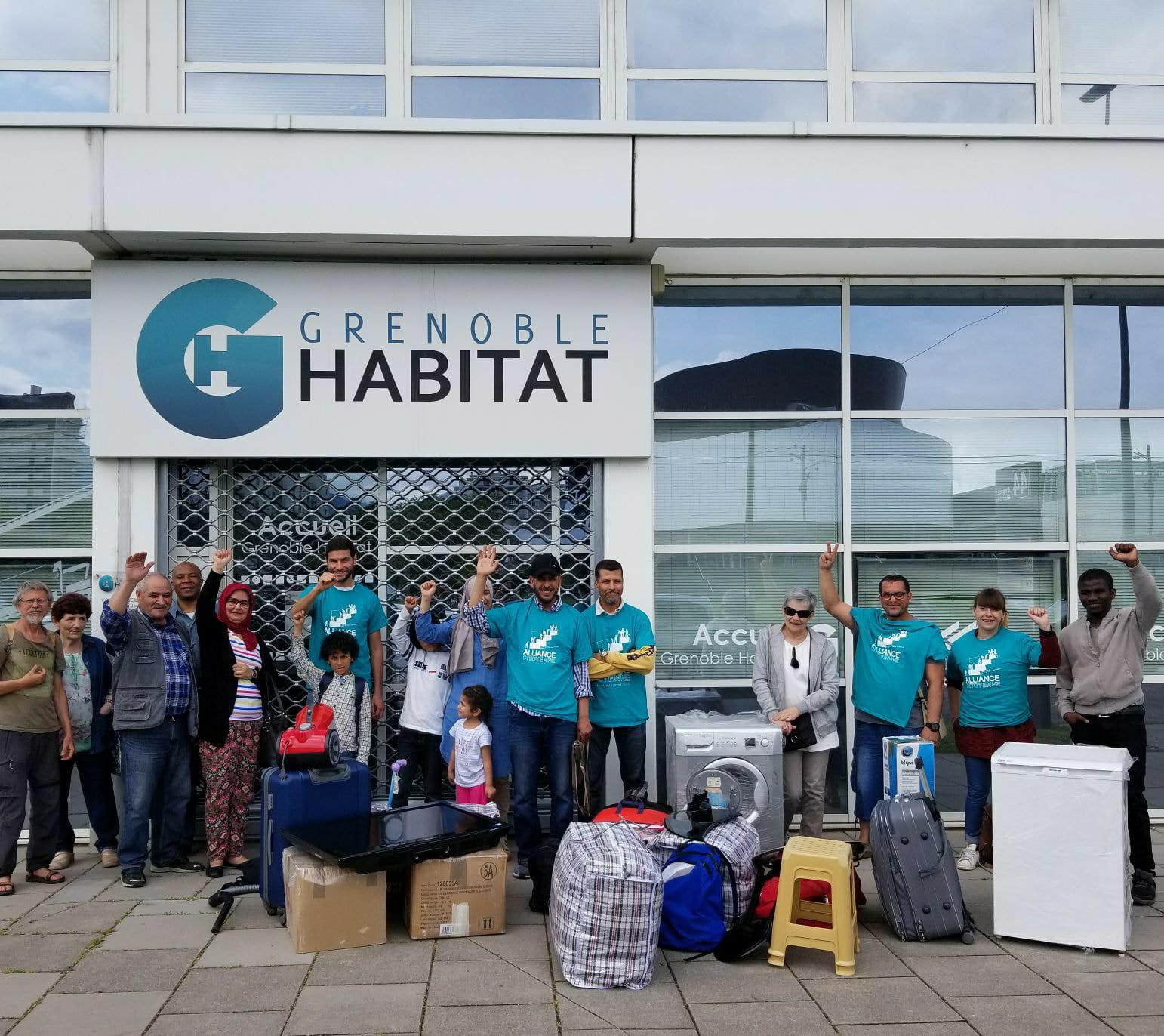 Privée de logement par Grenoble Habitat, la famille emménage au siège du bailleur