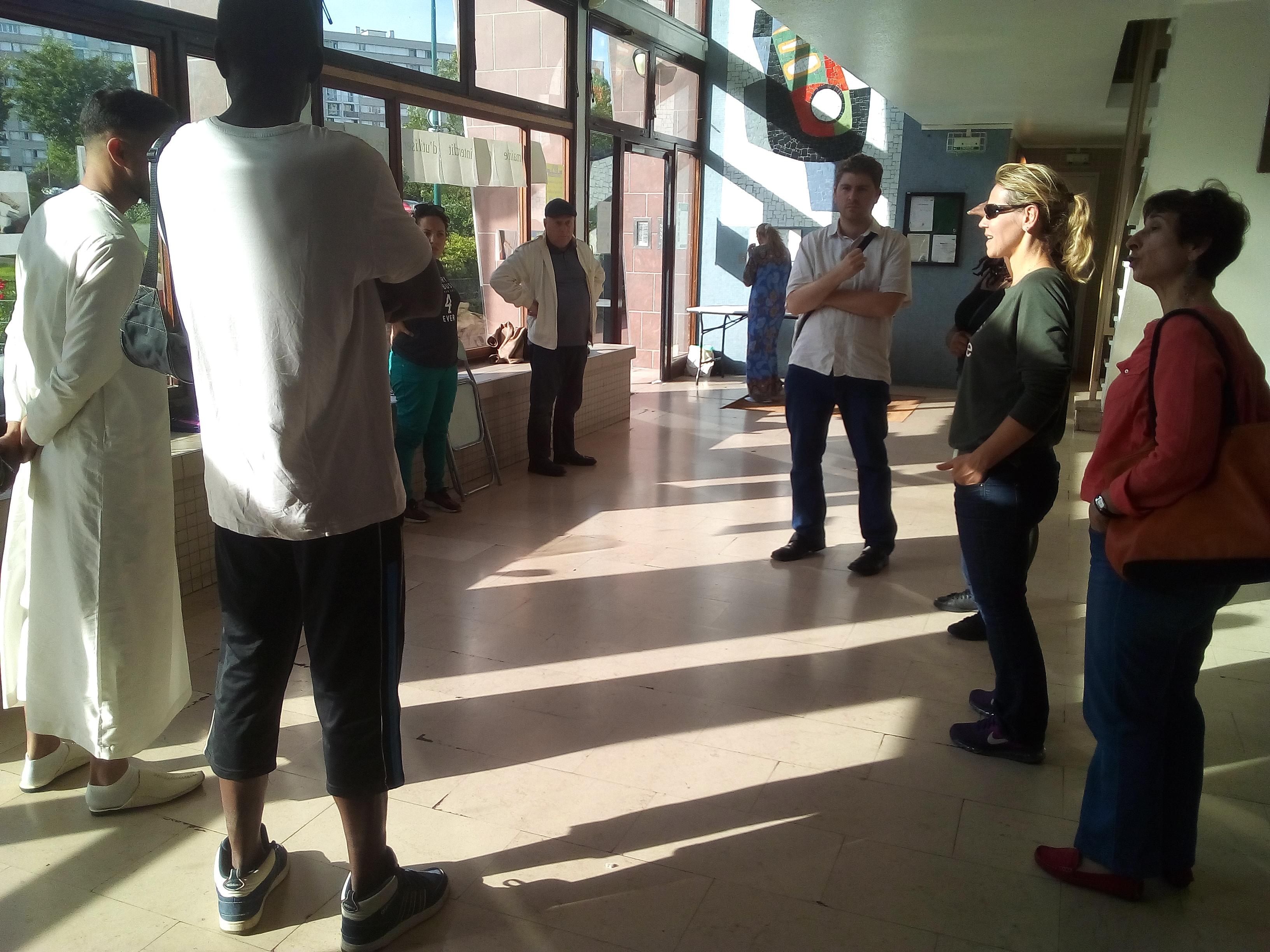 Privés de salle par la mairie, ils organisent leur réunion dans le hall de l'immeuble